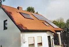 Haus mit Solar-Anlage und Photovoltaik-System